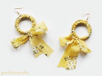 黄色の花柄リボンのピアス【イヤリング等変更可】の画像