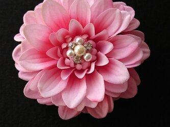 ダリア(ピンク)のコサージュの画像