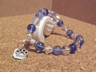 水晶と青水晶の天然石ブレスレット 足跡チャーム付きの画像