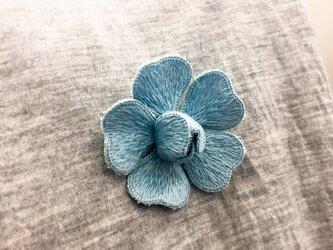 手刺繍 立体 ブローチ(バラ・ブルー)の画像
