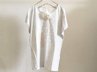 コットンフラワーコサージュ付きドルマンロングTシャツの画像