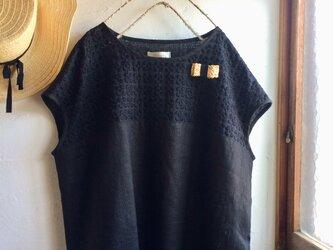リネン×プルメリア刺繍レース バイカラーフレンチスリーブ ブラウス ブラックの画像