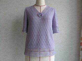 小花の付いたV襟セーターの画像