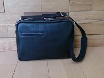 B5サイズのレザーショルダーバッグ(黒)の画像