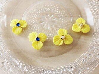 レモンイエローのお花のピアス or イヤリングの画像