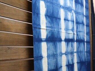 藍染めマルチカバー:板締め絞りタテ柄の画像