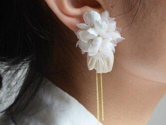 染の草花・白アジサイのピアス(ノンホールピアスへ変更可)の画像