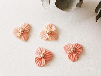 サーモンピンクのお花のピアス or イヤリングの画像