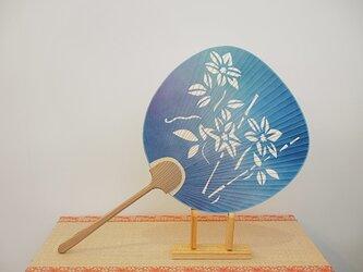 切り絵うちわ ぼかし染杉表柄 竹鉄線の画像