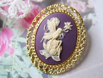 カメオのブローチネックレス 花に腰掛ける妖精(パープル)の画像
