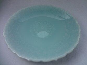 輪花皿・菊彫(青磁)の画像