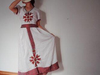 エチオピアの手織りドレスとナタラのセットの画像