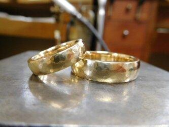 結婚指輪 手作り(鍛造&彫金)鎚起の叩き出し 幅広甲丸リング 男性6.5mm 女性4.5mmの画像