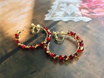 赤×ゴールドカラーのフープイヤリングの画像