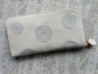 刺繍革財布『ぐるぐる』オフホワイト×水色(牛革)ラウンドファスナーの画像