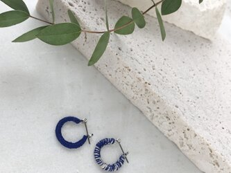 『青と白』チビフープピアスの画像
