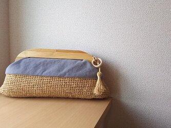 マダガスカル産ラフィアとヴィンテージ帆布の木工口金クラッチバッグ(gray)の画像