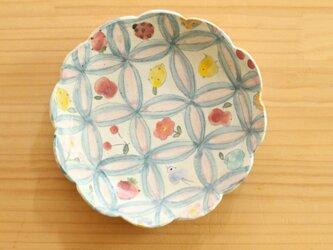粉引七宝にかわいいものたくさんのお花形皿。の画像