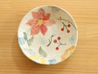 粉引赤いお花と赤い実のお皿。の画像