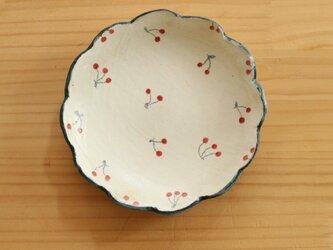 粉引小さなさくらんぼに青い縁の皿。の画像