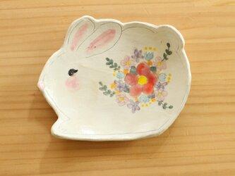 粉引うさぎ形にお花のお皿。の画像