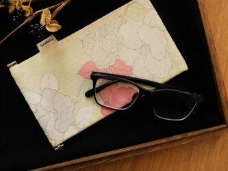 地曵いく子プロデュース 椿文 きものサングラスケースの画像