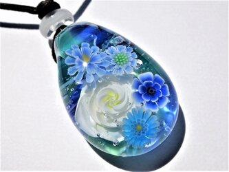 《ホワイトローズ ブーケ》 ペンダント ガラス とんぼ玉 薔薇 ガーベラの画像