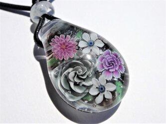 《ブラックダイアモンドローズ ブーケ》 ペンダント ガラス とんぼ玉 薔薇 クレマチスの画像