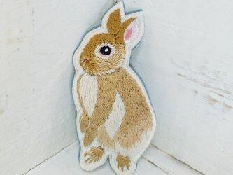 立ち上がりウサギちゃん*刺繍ブローチの画像