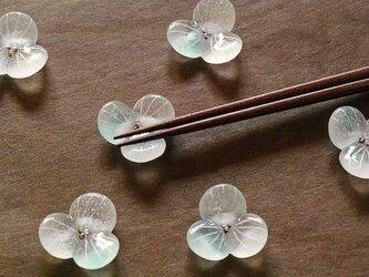 ガラスの箸置き / 水の花・青みどり色の画像