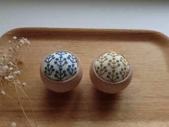 ウッドボウルのピンクッション(フラワー刺繍)の画像