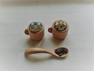 コーヒーカップの小さなピンクッション(こぎん刺し)の画像