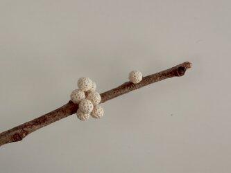 7+1粒 白い編玉の耳飾り[5mm玉] [Ball_φ5(7+1)]の画像