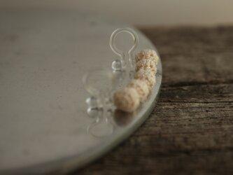 5粒 白い編玉の耳飾り [片耳用][5mm玉]  [Ball_φ5×5]の画像