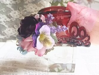 **irodoru**花咲く季節に想いをよせて。゜。゜**ボルドーローズとビオラのアンティークバンスクリップ。゜。゜**の画像