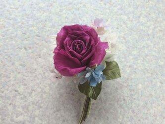 赤い巻き薔薇とライラック ブルーを少し s * シルクデシン製 * コサージュの画像