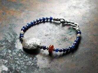 濃紺インドパシフィックビーズと満月のような丸いカレンシルバーのブレス(古いカーネリアン入り)の画像
