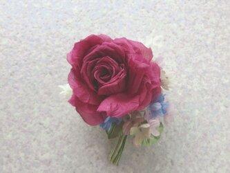 赤い巻き薔薇とライラック ブルーを少し L * シルクデシン製 * コサージュの画像