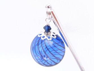 夏祭りのヨーヨーの様な青色ストライプの吹きガラスのかんざし 大玉の画像