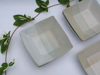 二色の角皿の画像