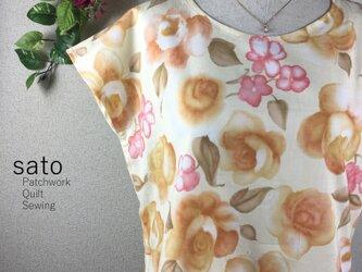 優しい花柄のフレンチスリーブの画像