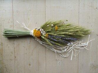 ペールグリーンの小麦&ラベンダーの素朴なドライフラワースワッグの画像