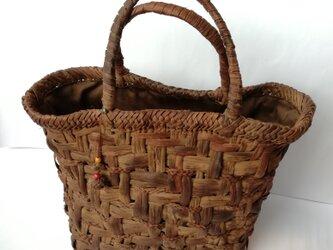 貴重な山葡萄の蔓で編んだ手提げ籠(バッグ)【中1】の画像