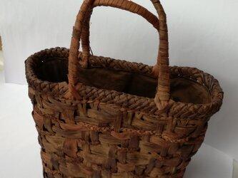貴重な山葡萄の蔓で編んだ手提げ籠(バッグ)【中2】の画像