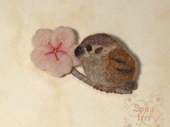 羊毛ブローチ「桜とすずめ」の画像