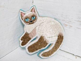 くつろぐ猫ちゃん*刺繍ブローチの画像