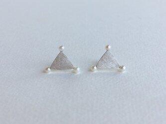 白い実のピアス-triangleの画像