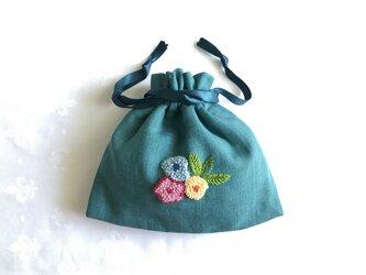 お花刺繍のきんちゃく(ターコイズ)の画像