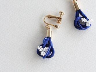ダークブルーx白小花 イヤリング(ゴールド)の画像