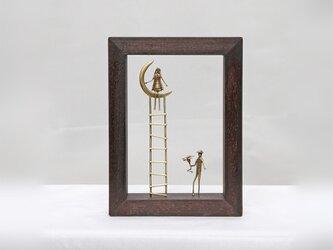 『花を持つ紳士とはしごの上の女性』 壁掛け/オブジェ(W30BR)ダークブラウンの画像
